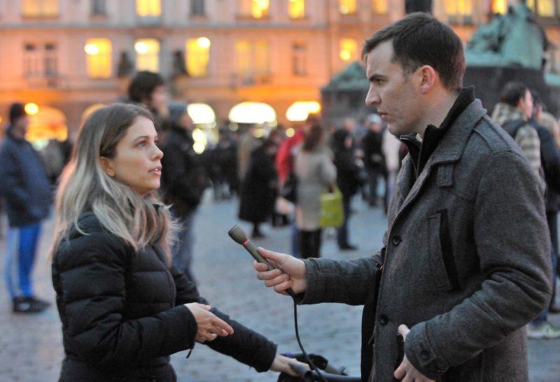 Andrew při vysílání reportáže o prezidentských volbách v ČR ze Staroměstského náměstí v roce 2013.