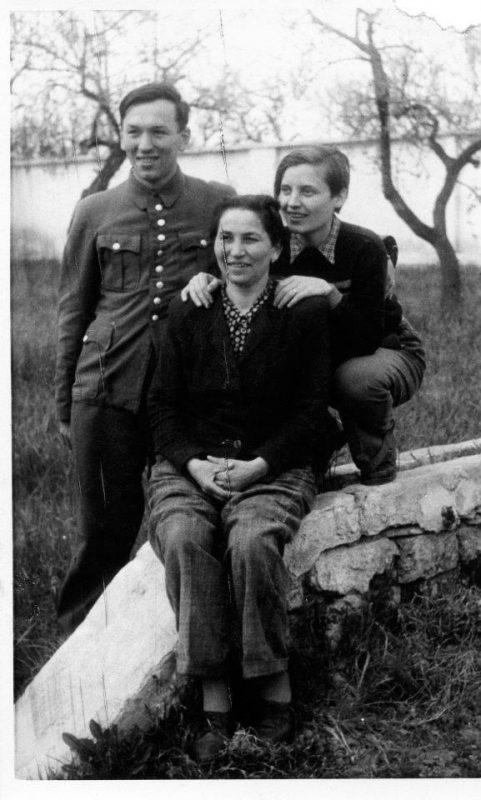 Prarodiče Andrewa, Leopold a Maria Dobeš spolu s pra-prababičkou Blaženou (v sedě), v uprchlickém táboře Trani v Itálii v roce 1950.